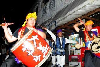 城間商店に感謝のエイサーを踊る大城青年会やOBら=4日、南城市の同区