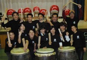 結成2年目を迎えた琉球聾太鼓のメンバー=2013年12月23日、南風原町神里・障害者支援施設「太希おきなわ」体育館