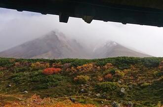 初冠雪した北海道最高峰の大雪山系旭岳=26日午前、北海道東川町(大雪山旭岳ロープウェイ提供)