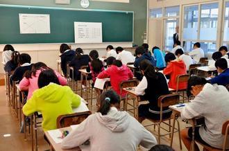 入学試験に臨む小学生ら=11日、南風原町・開邦高校