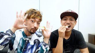 来年結成15周年を迎えるORANGE RANGEメンバーのRYO(左)とHIROKI