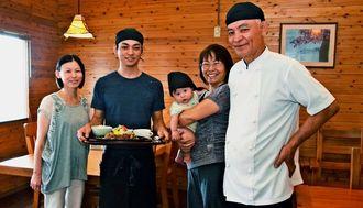 山川泰志さん(右)、隼平さん(左から2人目)が親子2代で店を切り盛りする=国頭村半地