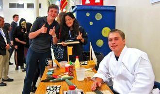 日本祭りを北山高校の生徒が手伝い、寿司の味に「いいね」のポーズ