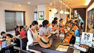 地元客や観光客でにぎわう店内。バーを思わせるおしゃれな空間が広がる=石垣市登野城