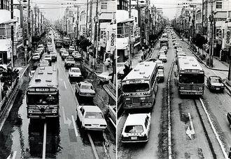 国際通りで、交通方法変更前と後の比較(左)1978年7月29日(右)1978年7月30日