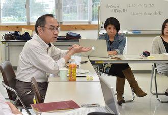 国際法の歴史を説明する神奈川大学の阿部浩己教授(左)=6日午後、那覇市国場・沖縄大学