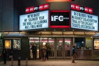 映画観賞を終えて出てきたカップル(中央)=5日、ニューヨーク(AP=共同)