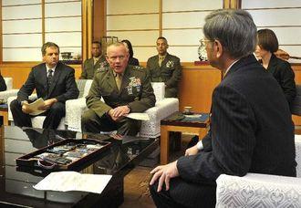 沖縄県庁に翁長雄志知事(右)を訪ね、米兵の暴行事件を謝罪するローレンス・ニコルソン在沖米軍四軍調整官(左手前から2人目)ら=16日午後、県庁