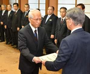 翁長雄志知事から辞令を受け取る浦崎唯昭副知事(左)=30日午前、県庁