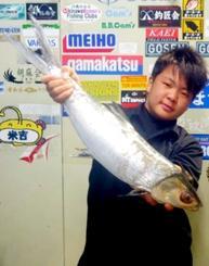万座海岸で70.7センチ、2.72キロのカライワシを釣った竹熊翼さん=6月26日