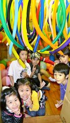 風船の部屋で歓声を上げる子どもたち=21日、西原児童館