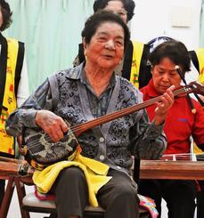 むつみクラブメンバーと「かぎやで風」を奏でる與古田千代さん=5日、うるま市・デイサービスセンターうるまの里