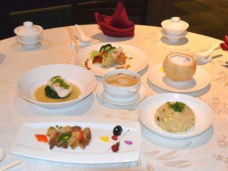 JAおきなわが提供した沖縄和牛とあぐ~豚などで作られたコース料理=10日、ワールド・ドリーム船内のレストラン
