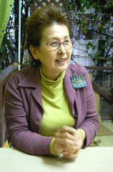 引きこもりの若者や子どもの受け皿づくりについて語る上江田紫寿江さん=2010年3月