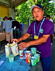 スナック菓子を使ってスープを作り、「目からうろこ」と話す比嘉良富さん=7月29日、うるま市・県立石川青少年の家