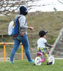 公園で遊ぶ親子=2016年2月、那覇市・大石公園