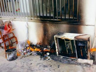 不審火で焼けただれた室外機など=7日、南城市大里仲間