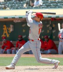 アスレチックス戦の2回、2試合連続の本塁打となる19号ソロを放つエンゼルス・大谷=オークランド(共同)