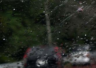 沖縄本島北部の八重岳では、雨に混じってあられも降った(車のフロントガラスに付いた白い粒)=24日午後2時58分、本部町並里