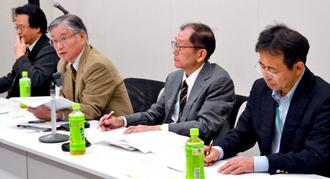 沖縄防衛局による行政不服審査法に基づいた審査請求と執行停止の申し立ては違法行為と声明を発表した学者ら=26日、衆院議員会館