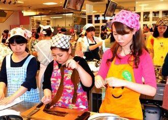 食材の下ごしらえをする昭和学院短期大学(千葉県)の生徒ら=那覇市
