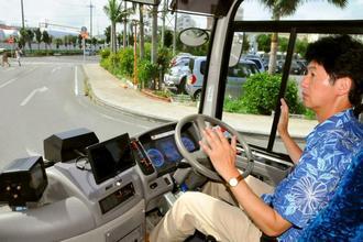 実証実験で、運転手がハンドルから手を離しても自動で走行するバス=25日、石垣市美崎町・石垣港離島ターミナル