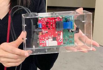 「ミリ波レーダー」を発して胸の動きを読み取る測定機器=18日午後、北九州市