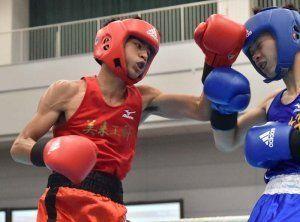 バンタム級3回戦 1回、美来工科高校の大湾硫斗(左)が左フックを打ち込む=31日午後、広島市中区スポーツセンター