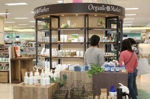 約80ブランドの商品が並ぶオーガニックマーケット=29日、北谷町・イオン北谷ショッピングセンター(イオン琉球提供)