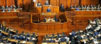 安倍首相による所信表明演説が行われた衆院本会議=17日午後