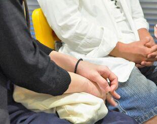 那覇市松山地区でラウンジを営む女性(手前)。経営者仲間の男性と共に取材に応じ「先が見えない」と悲痛な表情で語った=8月、那覇市内