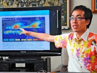 大気と海の状態を用いた台風予測プログラムについて説明する伊藤耕介助教=2日、琉球大学