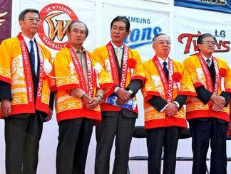 美ら島沖縄大使としてプロ野球キャンプ関連イベントに出席した星野仙一さん(中央)=2009年1月26日、那覇市・県民広場