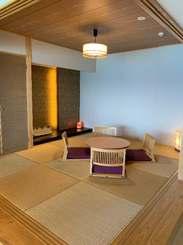 「和」をコンセプトにした宿泊施設「名嘉真荘」の客室の和風の居間=22日、恩納村