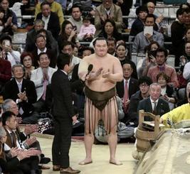 大相撲春場所で優勝し、インタビューの最後に観客と三本締めをする横綱白鵬=3月24日、大阪市のエディオンアリーナ大阪
