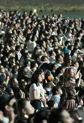 花火を見上げる観客=2018年9月16日、沖縄県・宜野湾トロピカルビーチ