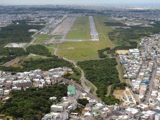 (資料写真)普天間飛行場。滑走路先端の右側に見えるグラウンドが普天間第二小学校