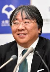 臨床研究の実施が認められたことを受け、記者会見に臨む大阪大の澤芳樹教授=16日午後、東京・霞が関