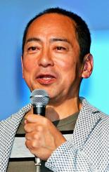 「ごちゃまぜ福祉」の実践例を紹介する「シェア金沢」の創設者・雄谷良成さん=1日、那覇市久茂地・タイムスホール