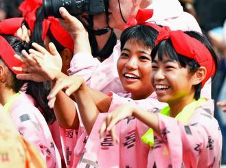 道ジュネ-で笑顔で踊る女の子=沖縄県与那原町