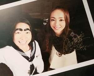 沖縄会場にあるイモトアヤコさんとの写真パネルに、安室奈美恵さんが書き残したサイン(右下)