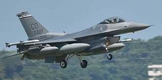 米本国から嘉手納基地に飛来したF16戦闘機(コロラド)=2017年5月4日