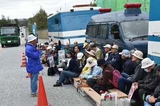 米軍キャンプ・シュワブゲート前で抗議集会を開く市民ら=21日午前、名護市辺野古