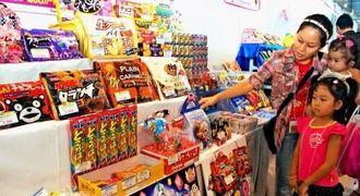 家族連れでにぎわったお菓子の展示会=宜野湾市、沖縄コンベンションセンター