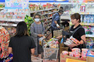 台風10号接近前の村内のスーパー。多くの住民が保存食などを買い求めていた=4日午前11時48分、南大東村在所・Aコープ南大東店