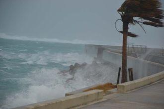 台風15号の影響で大しけとなった海岸=23日午前11時55分ごろ、石垣市八島町