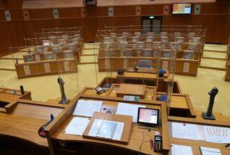 県議会議場が「迷路」に? 新型コロナ対策で議席間にビニールシートの ...