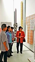 作品を鑑賞する来場者=1日、那覇市の県立博物館・美術館