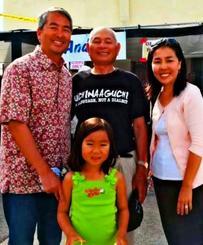 (右から)博子夫人、娘のソフィアちゃん、國吉信義北米県人会長と笑顔を見せるムラツチさん