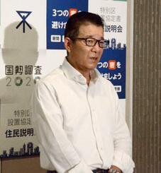大阪市役所で取材に応じる松井一郎市長=24日午後